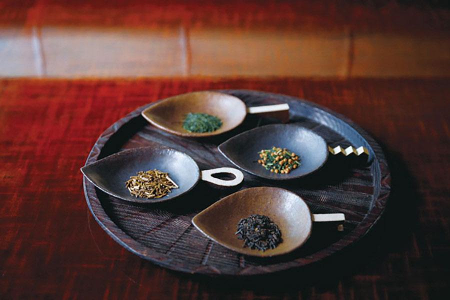お皿に盛った4種の茶葉
