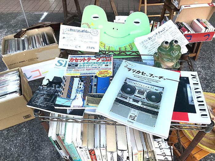 箱に入れられた古書や雑誌など
