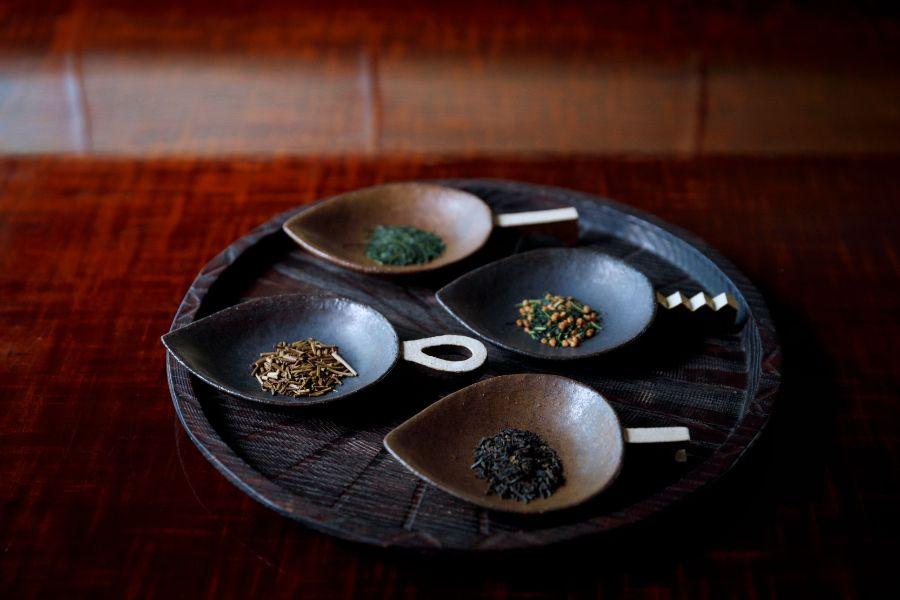 お盆にのった4種類の茶葉