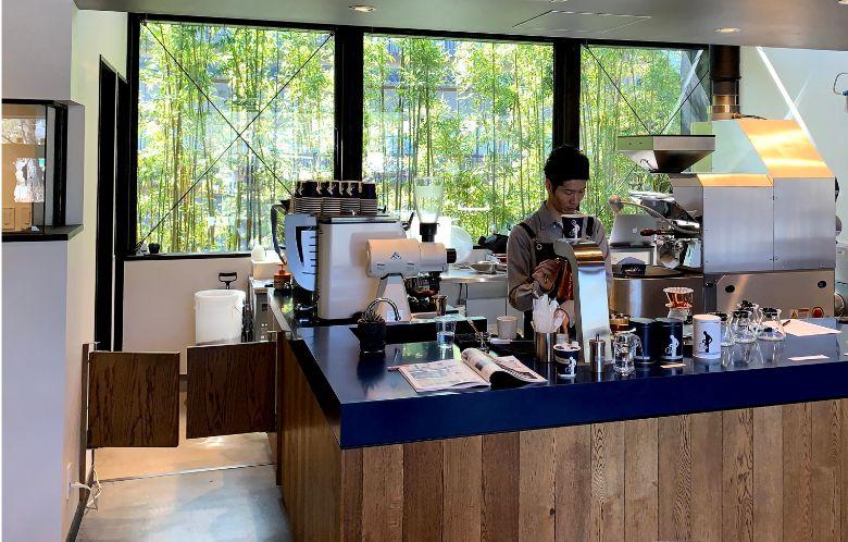 天井が高く開放的な嵐山オカフェの内観