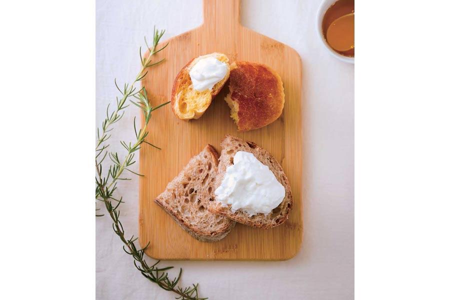 フレッシュチーズが乗ったパン