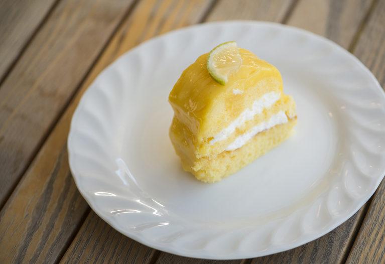 白いプレートに載ったレモンケーキ、シャンティシトロン