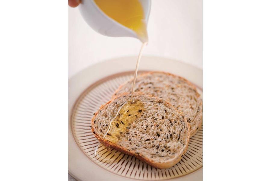 ごま油が垂れたゴマのパン