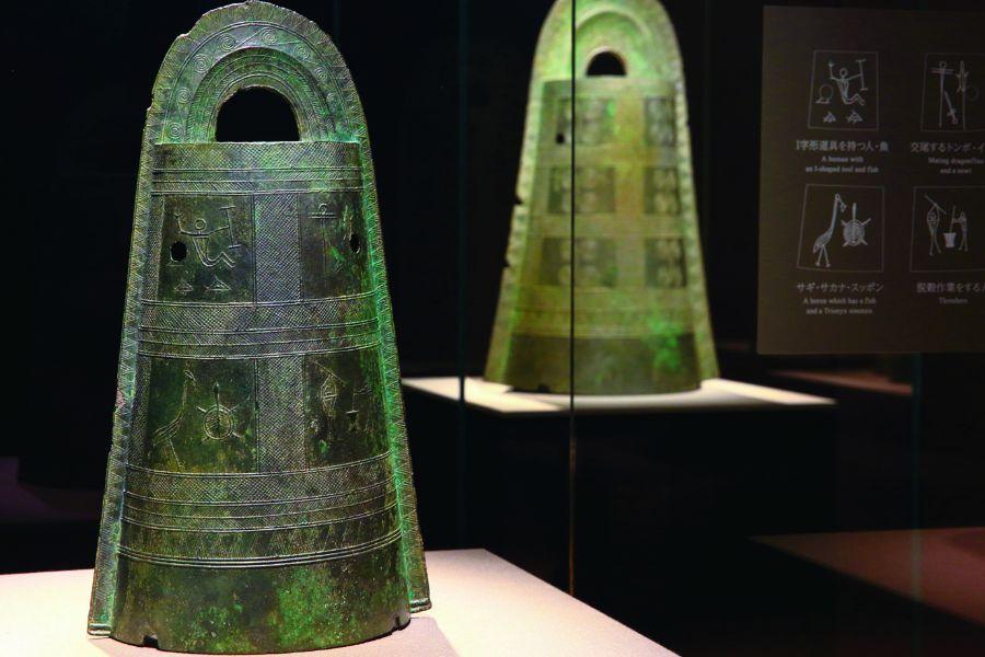 弥生時代の暮らしが線画で描かれた絵画銅鐸