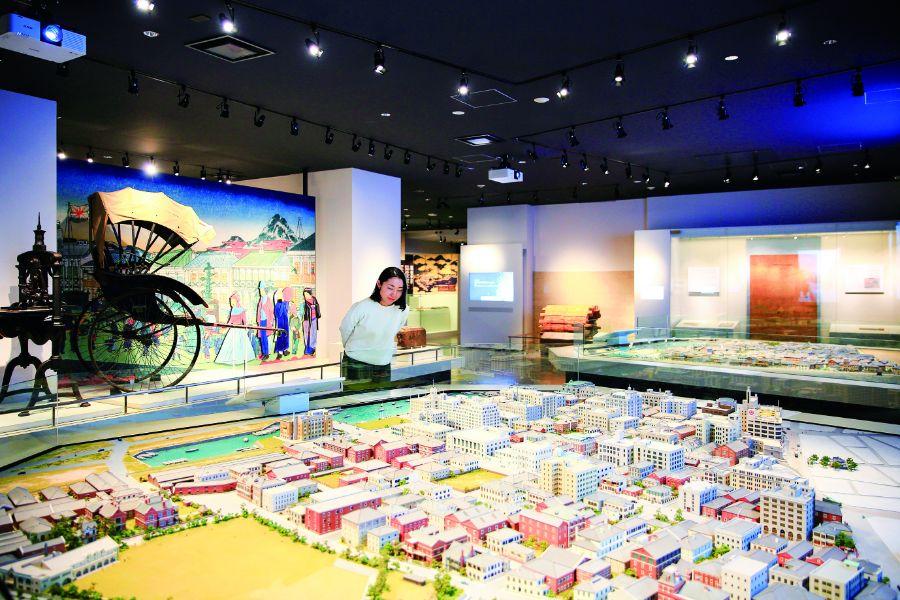 神戸市立博物館でジオラマを眺める女性