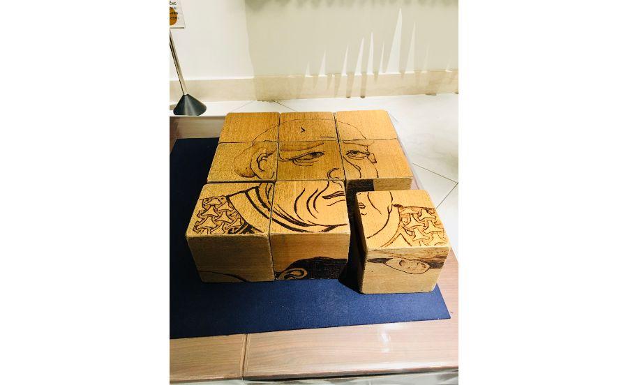 歴史上の人物が描かれた木製パズル