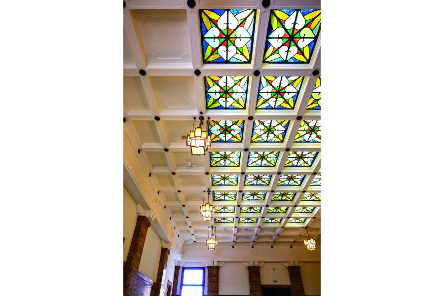 天井を彩るステンドグラス