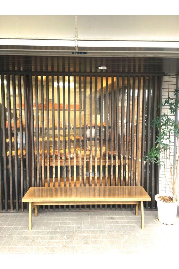 店の前にベンチも設置したパンや松