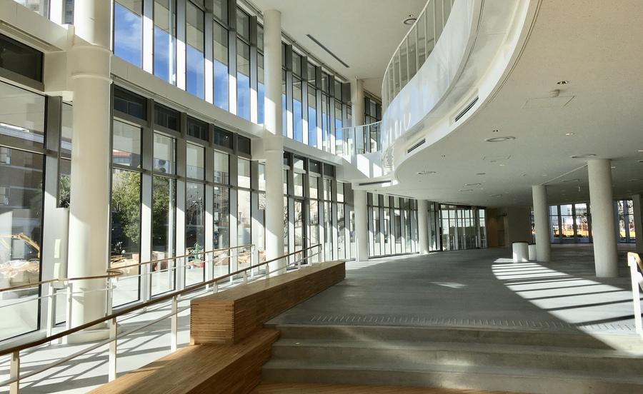 宝塚市立文化芸術センターのガラス張りの建築
