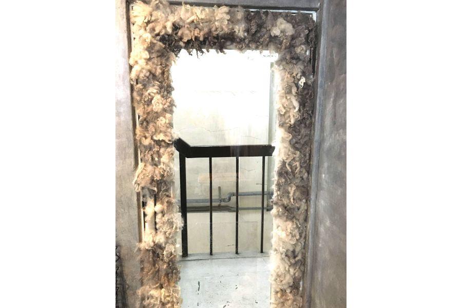 扉の内側は羊の毛がもこもこに