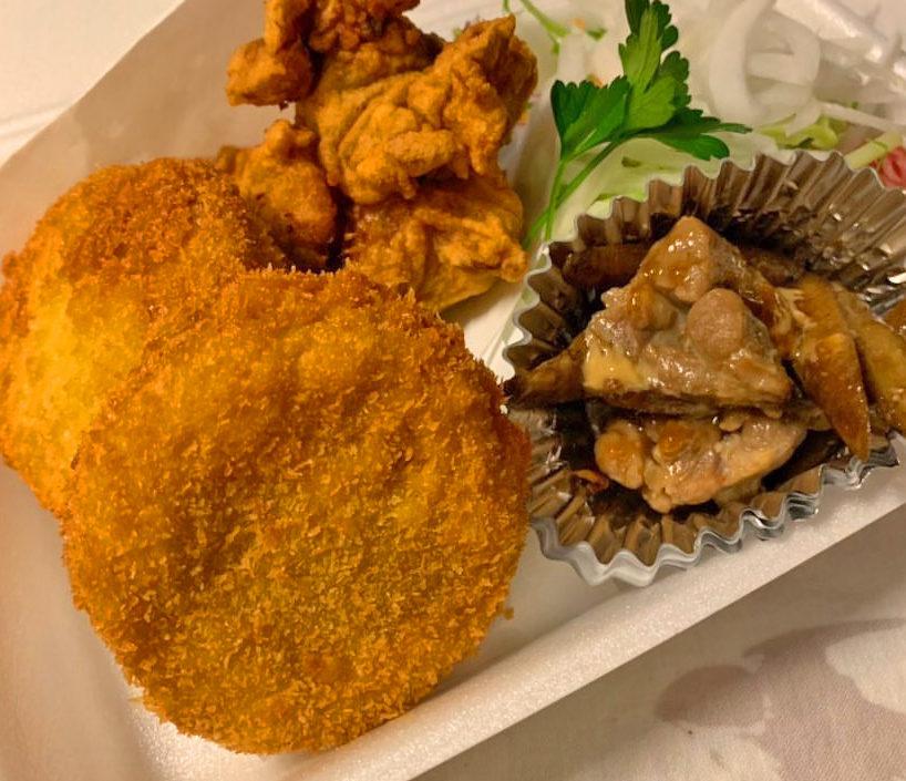 大きなコロッケと鶏肉のしょうが煮は入った弁当