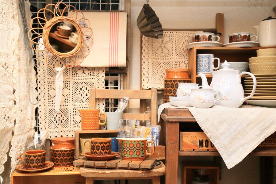 カントリー調の食器や家具が並ぶショップの店内