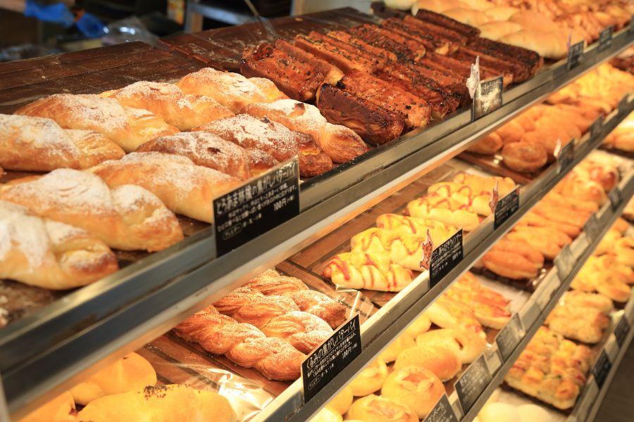 焼き立てのパンがずらりと並ぶ