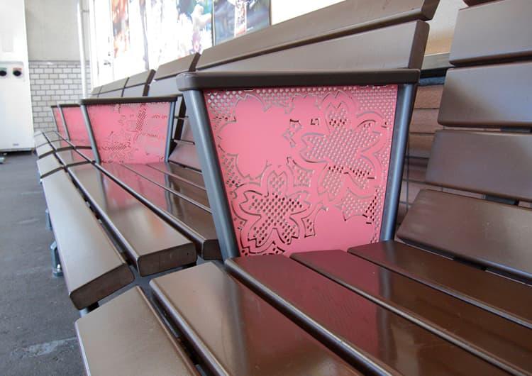 桜の模様が入った夙川駅のベンチ