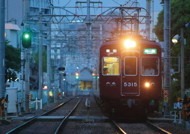 ライトをつけて走行する阪急電車