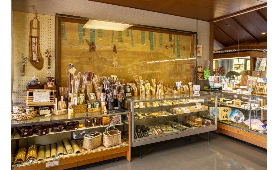 竹の資料館内のお土産ショップ