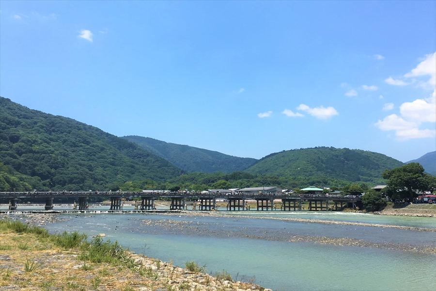 渡月橋と嵐山をのぞむ桂川岸