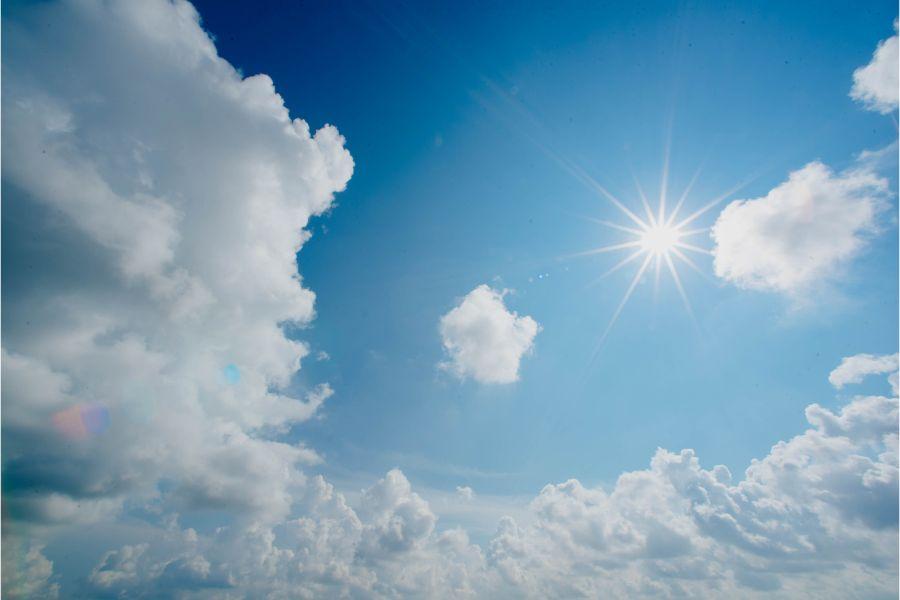 青空に浮かぶ白い雲と太陽