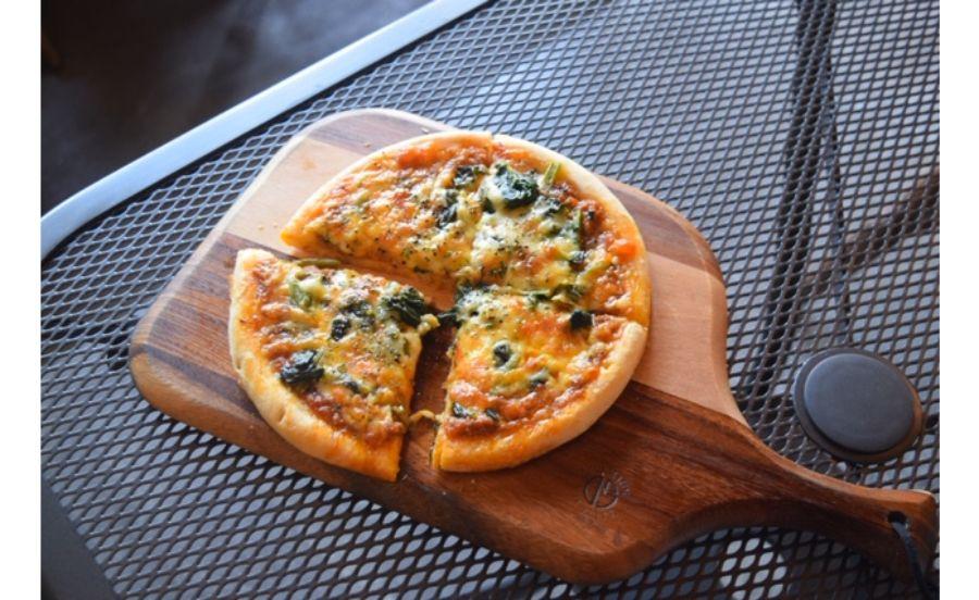 自家製ミートソースとチーズで焼き上げたピザ