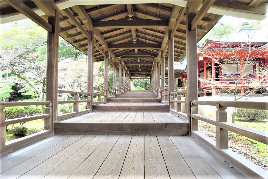 長い木の渡り廊下がのびる大覚寺境内