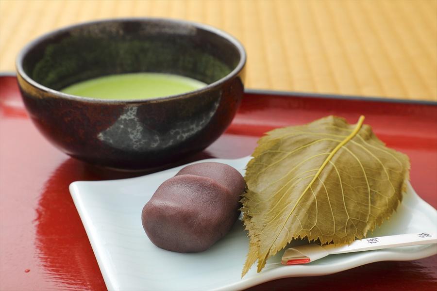 嵐山の名物桜餅と抹茶