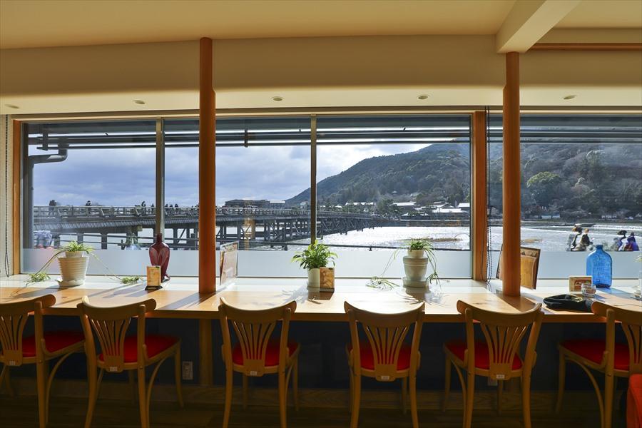 桜餅が有名な琴きき茶屋から眺める嵐山渡月橋