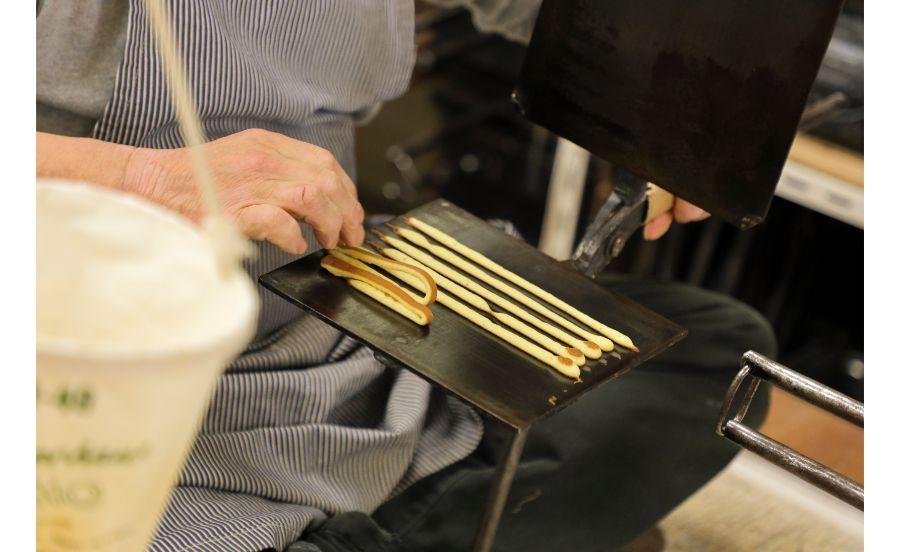 田中金盛堂でせんべいを焼くところ
