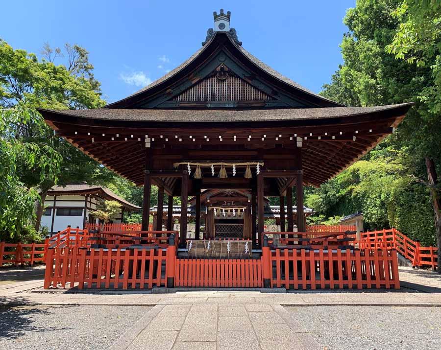 建勲神社の舞殿の奥に見える本殿
