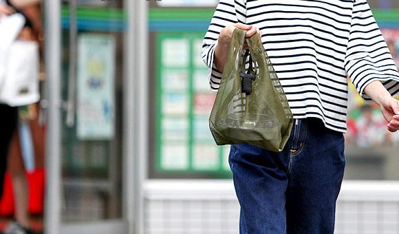 エコバッグを手に持つ女性