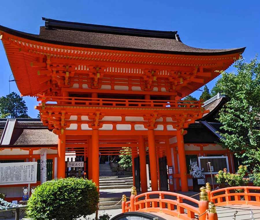 上賀茂神社の本殿前に建つ朱塗りの門