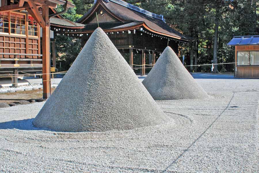神の依り代として円錐に盛られた立砂