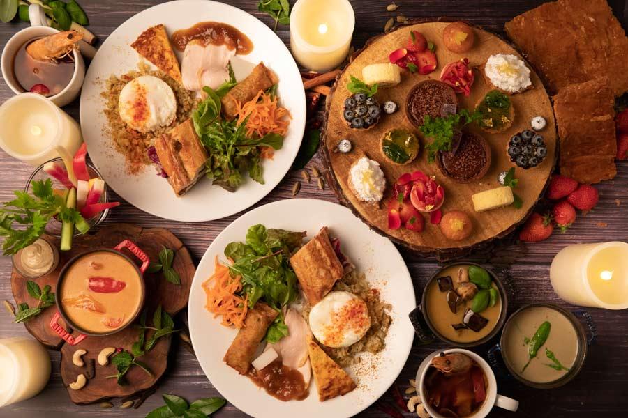 テーブルいっぱいに並べられたフード