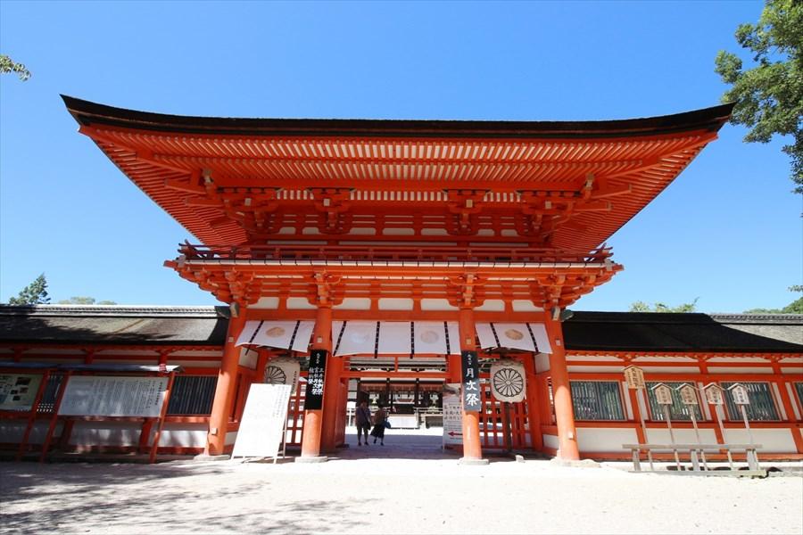 堂々とそびえる下鴨神社の楼門