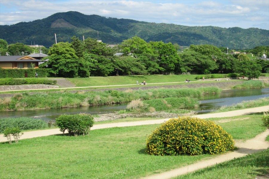 鴨川河川敷から見る大文字山