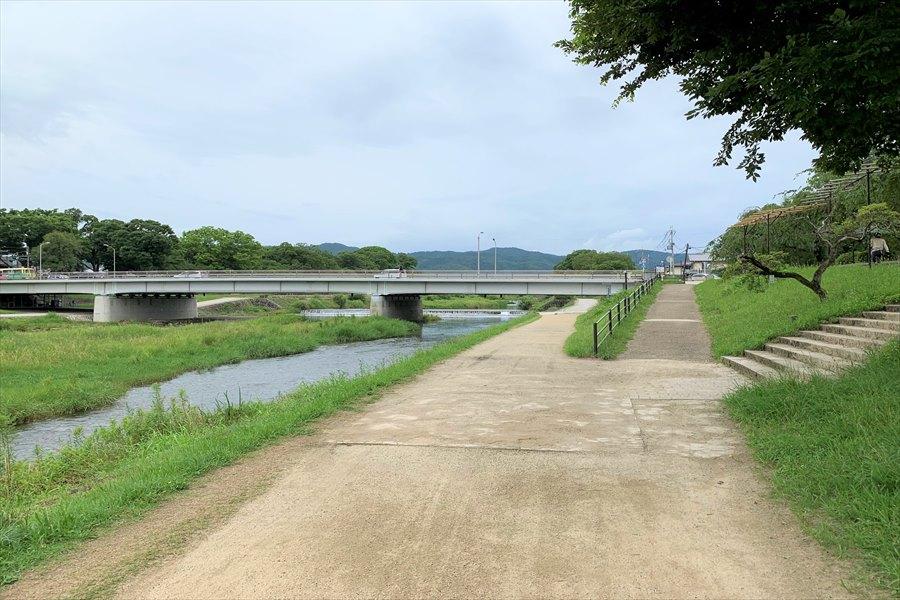 北山通りと交差する鴨川河川敷