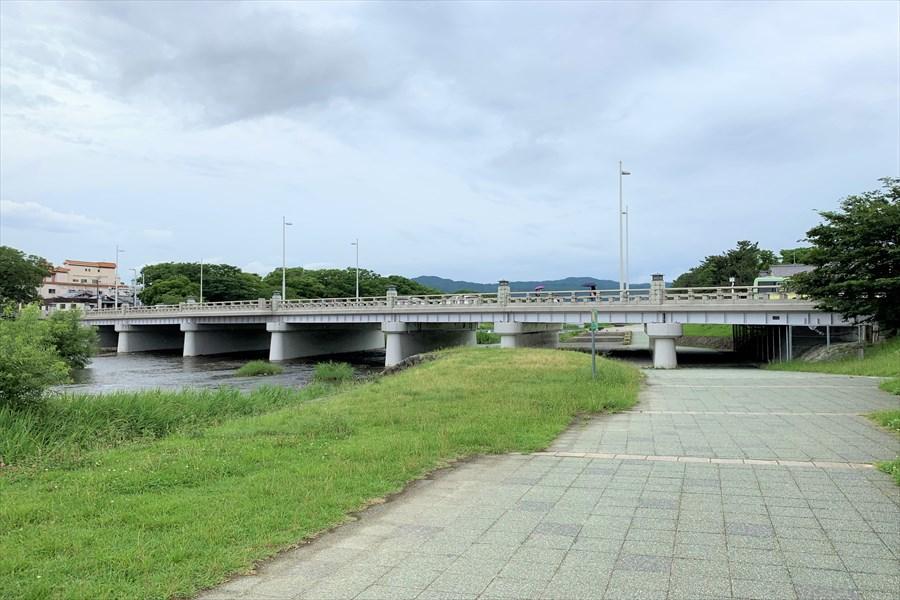 下鴨本通りと交差する鴨川河川敷