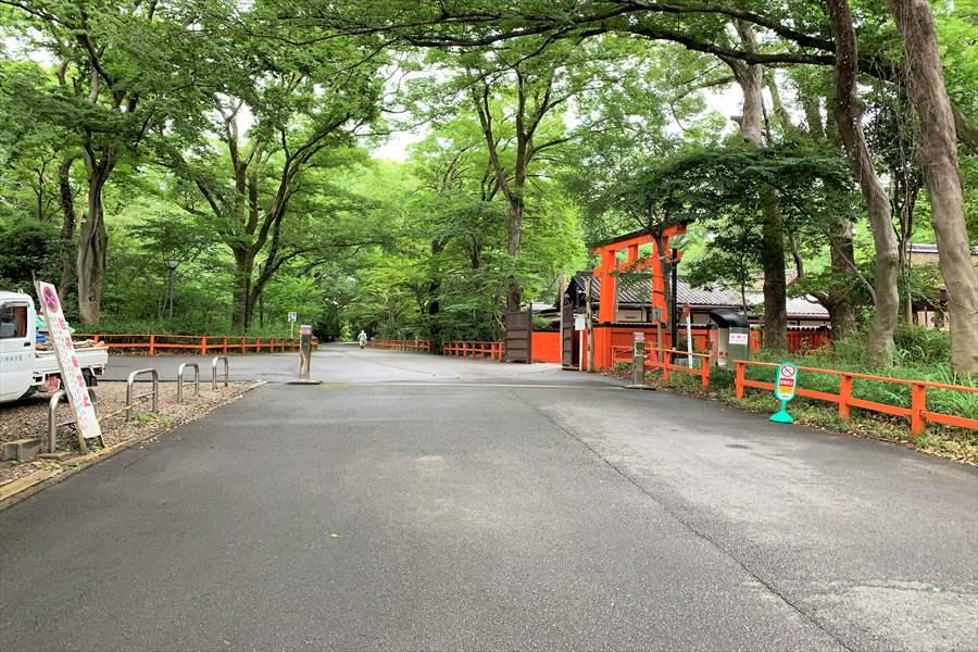 下鴨神社の駐輪場の入り口にあたる河合神社の横