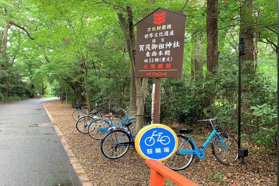 河合神社の横に設けられた駐輪場