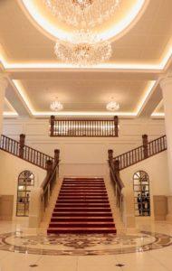 宝塚ホテルのロビーの大階段とシャンデリア
