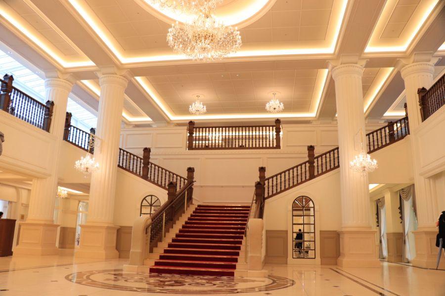 大階段とシャンデリアで華やかな宝塚ホテルのロビー