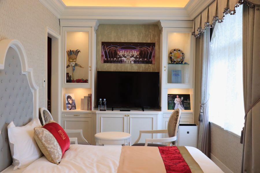 宝塚歌劇団花組のパネルや小道具が装飾された客室