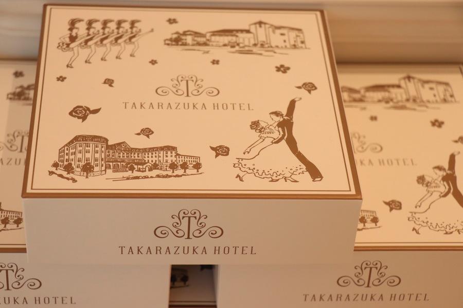 イラストが描かれたバウムクーヘンの箱