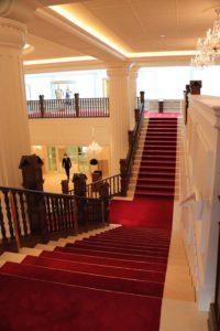 2階から眺める赤じゅうたんの階段