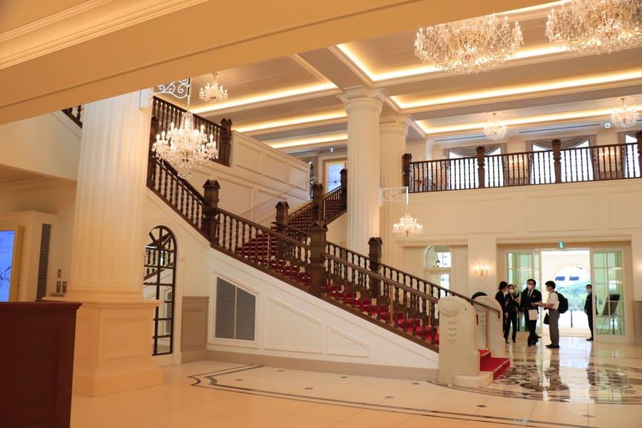 宝塚ホテルの開放的なロビー