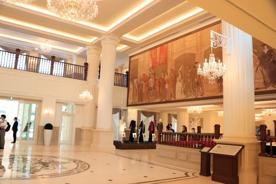 宝塚ホテルの開放的なロビーに飾られた緞帳