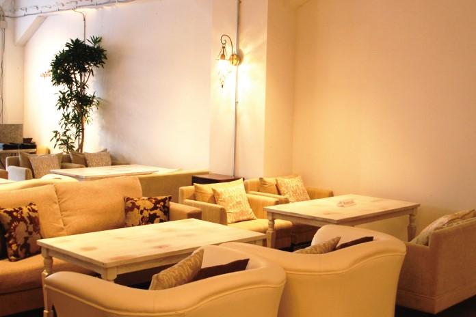 ゆったりとしたソファー席が心地よいハルカフェ