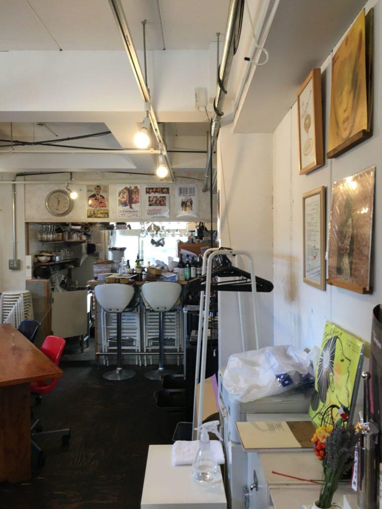 不思議な店内のイタリア食堂910の店内