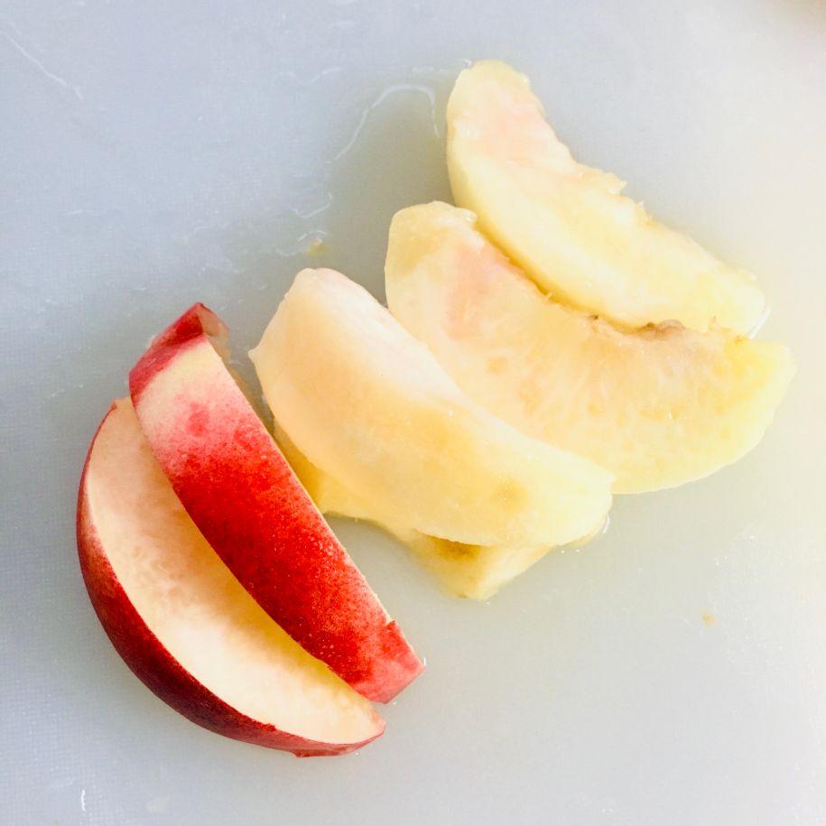 くし形に切ったモモ