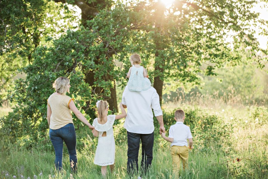 並んで歩く家族