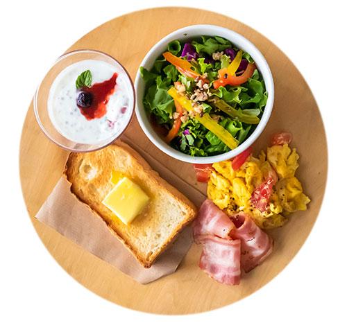 食パンに、サラダやヨーグルトがセットのモーニング